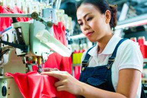 Chinesische Näherin für Fair Trade Kleidung